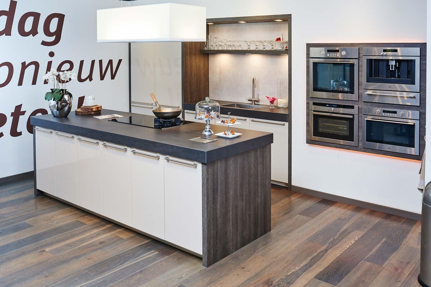Design Keukens Opruiming : Design Keukens Opruiming Witte greeploze keuken met grijs