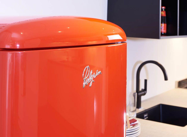 Moderne keuken met rode contrasten   db keukens