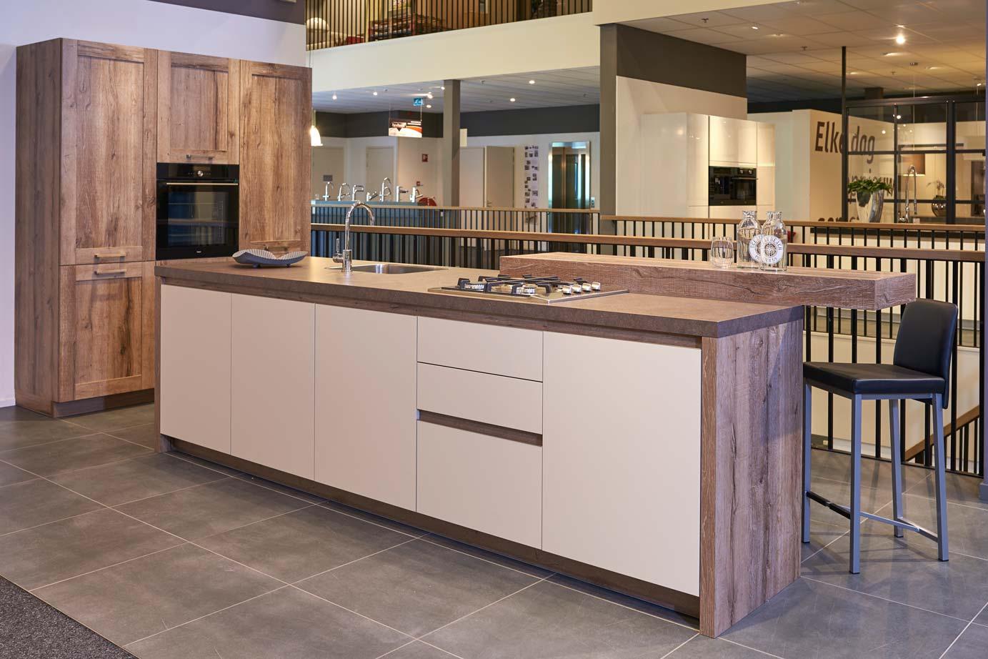 Modern keukeneiland met kastenwand bekijk foto s db keukens