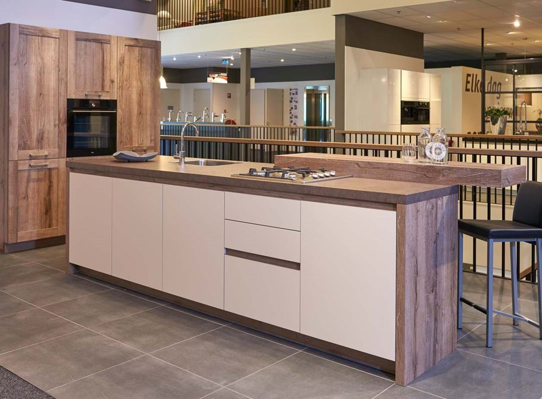 Moderne Keuken Kleuren : Modern keukeneiland met kastenwand. bekijk fotos db keukens