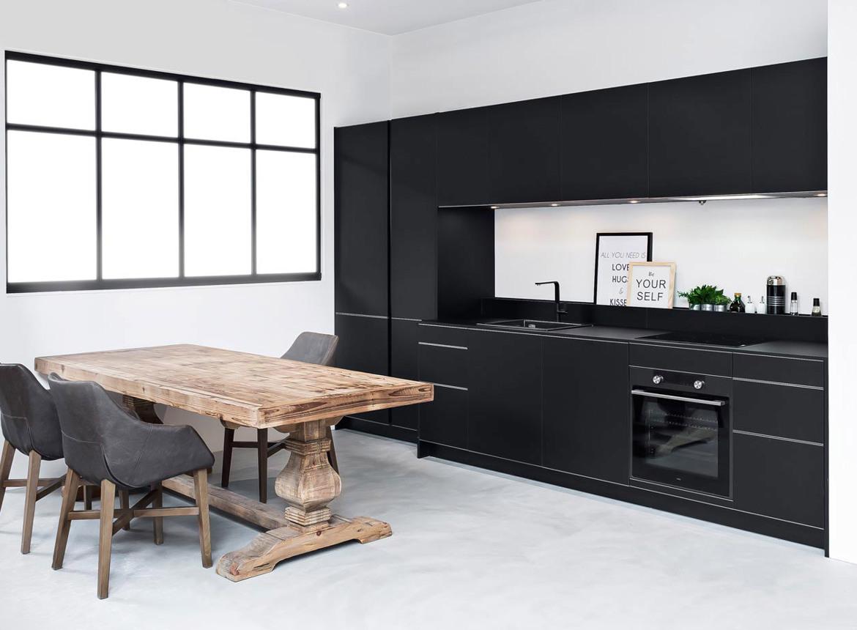 Moderne Keuken Ontwerpen : Zwarte moderne keuken in rechte opstelling db keukens