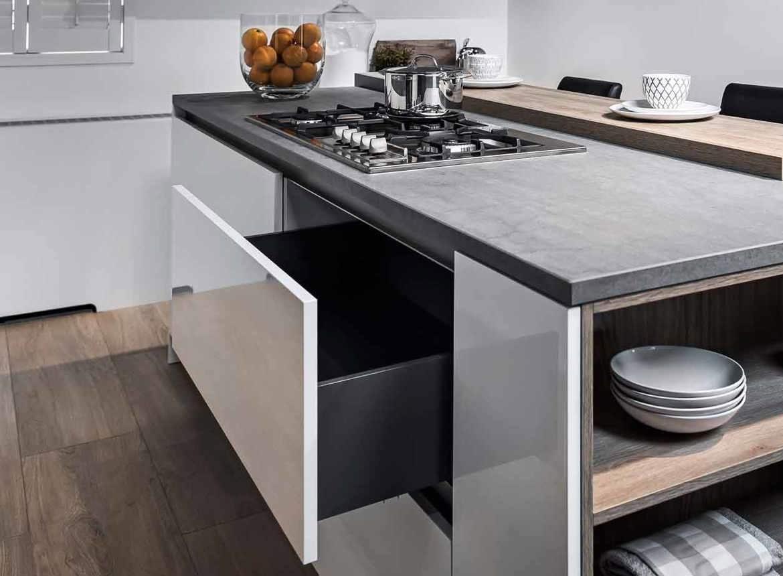 Moderne keuken met kookeiland db keukens - Eigentijdse keuken met centraal eiland ...