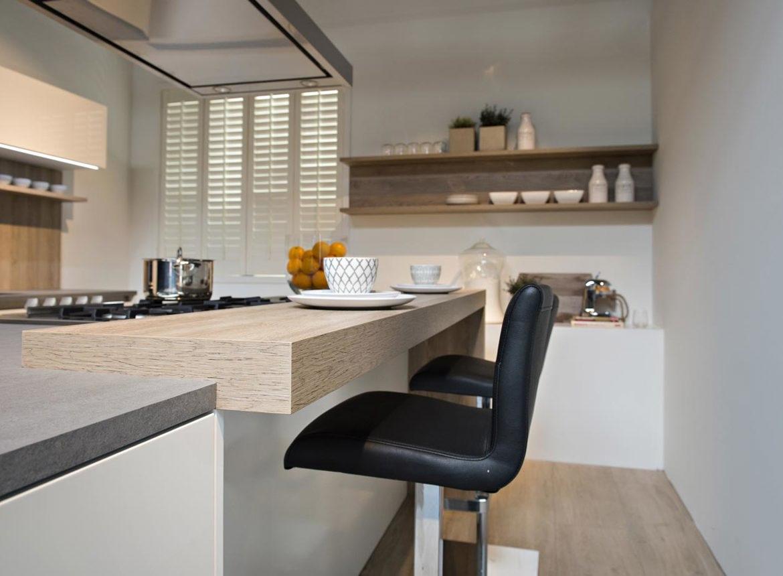 Moderne keuken met kookeiland db keukens - Centrum eiland met bar ...