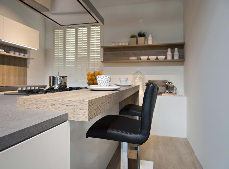 Moderne keuken met kookeiland db keukens - Eiland bar keuken ...