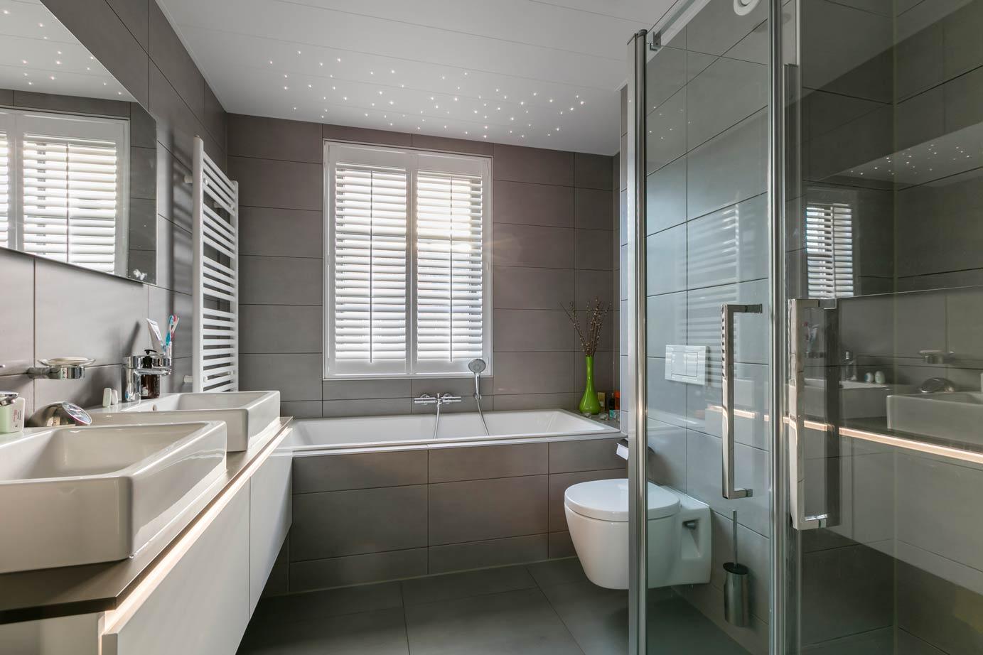 Natuurlijk Afgewerkte Badkamer : Moderne keuken en badkamer kopen in landsmeer db keukens