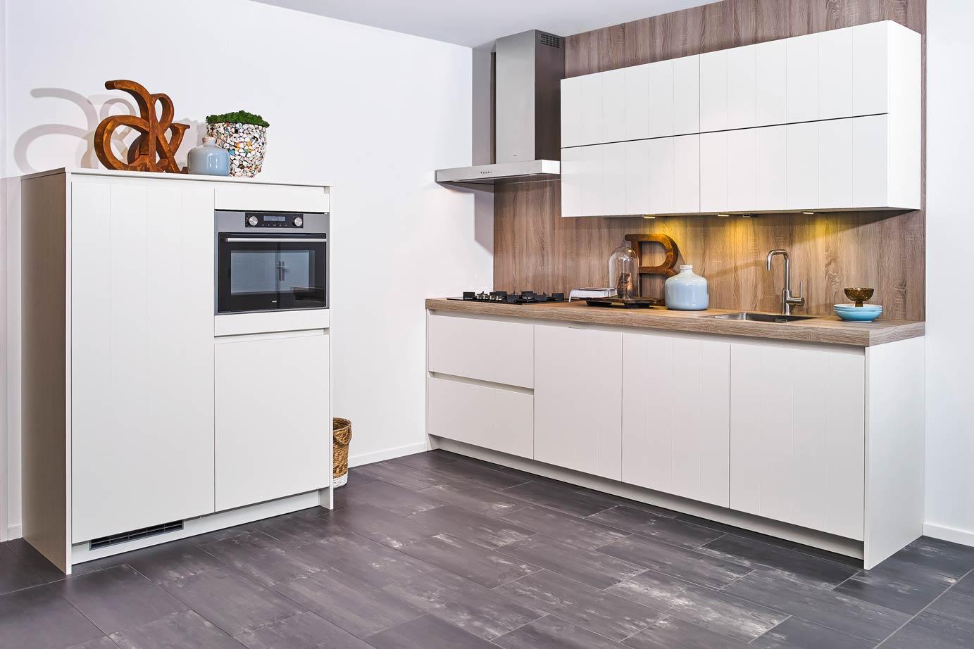 Kastenwand Keuken Moderne : Witte moderne rechte keuken met apparatuur van atag db keukens