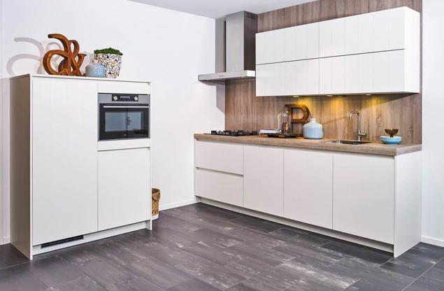 Moderne witte keuken met kastenwand - DB Keukens