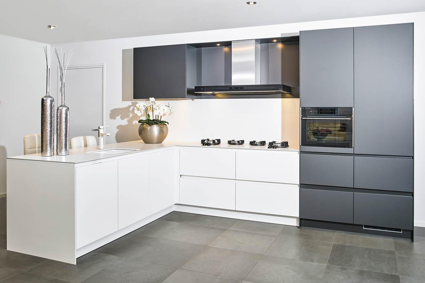 Moderne Keukens Wit : Moderne hoekkeuken in mat zwart en mat wit db keukens