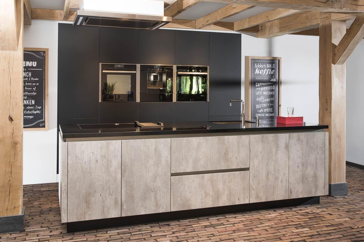 Greeploze Keuken Kookeiland : Landelijk moderne kookeiland met kastenwand DB Keukens