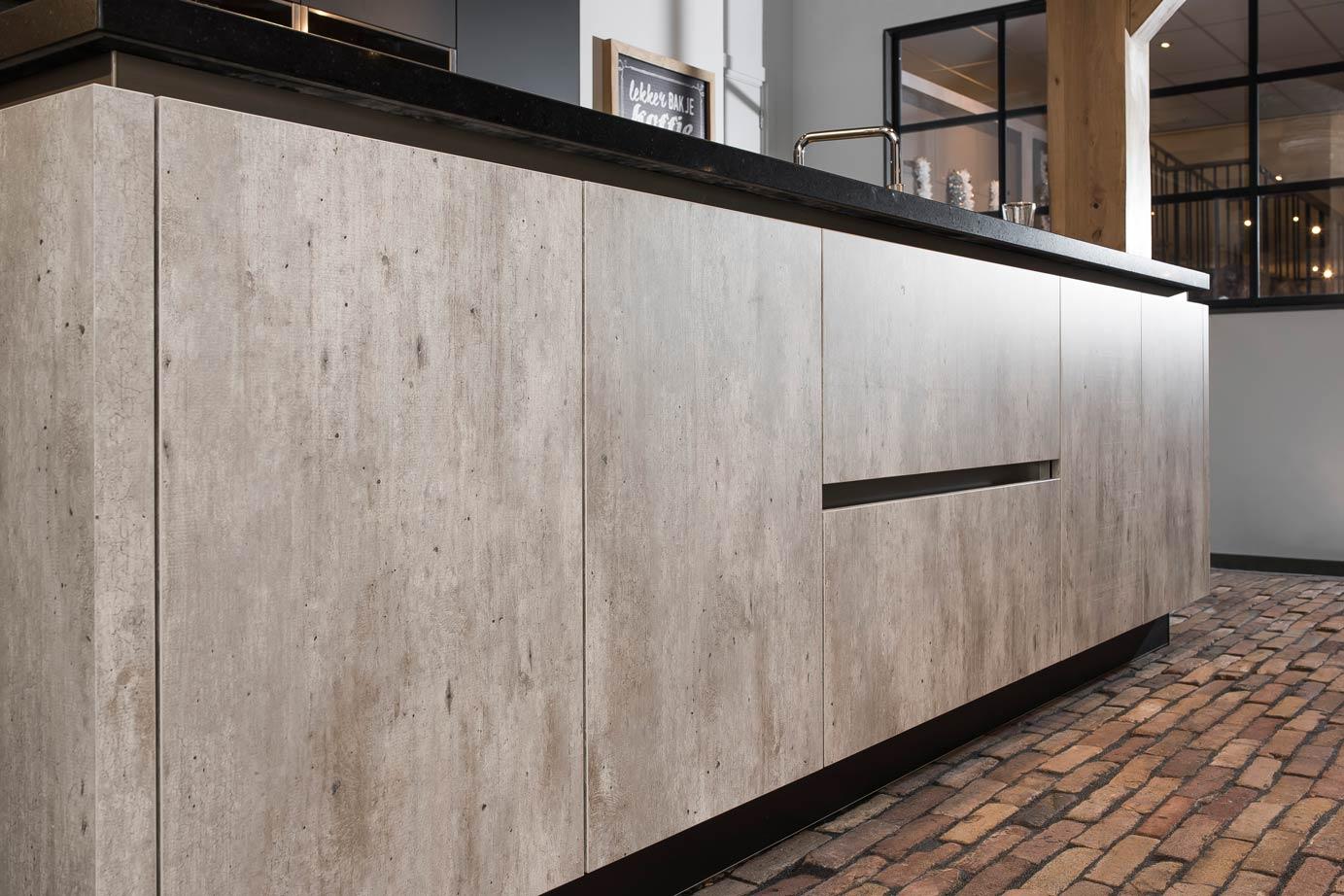 Greeploze Eiland Keukens : Landelijk moderne kookeiland met kastenwand DB Keukens
