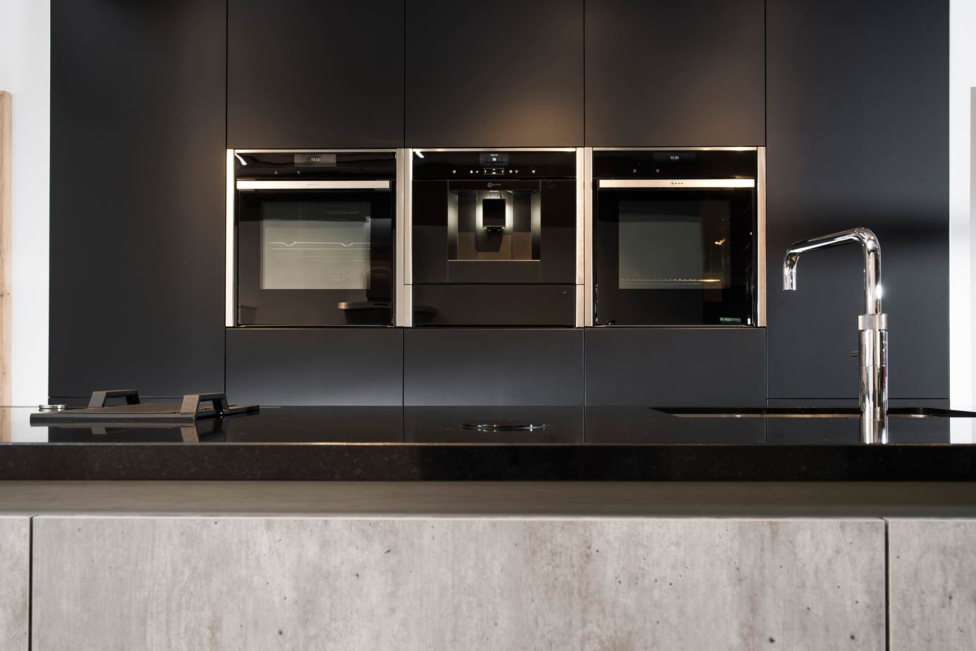 Eiland Keuken Zwart : Landelijk moderne kookeiland met kastenwand db keukens