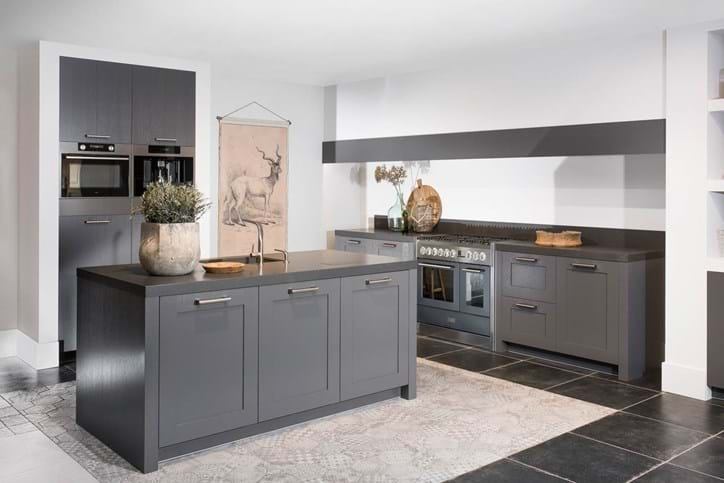 Een keukeneiland of kookeiland lees alles over de indeling db keukens - Verf keuken lichtgrijs ...