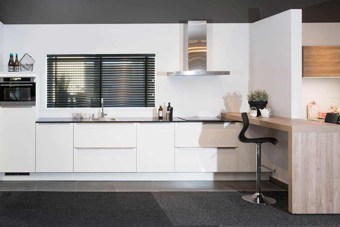 Moderne witte keuken met houten en turquoise details minimali