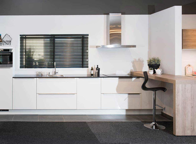 Moderne Witte Keukens : Rechte witte keuken met moderne uitstraling. gezellig met eetbar