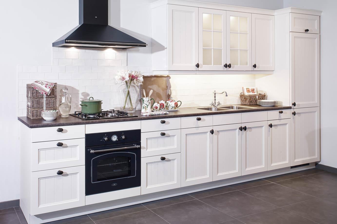 Een landelijke rechte keuken met klassieke sfeer db keukens