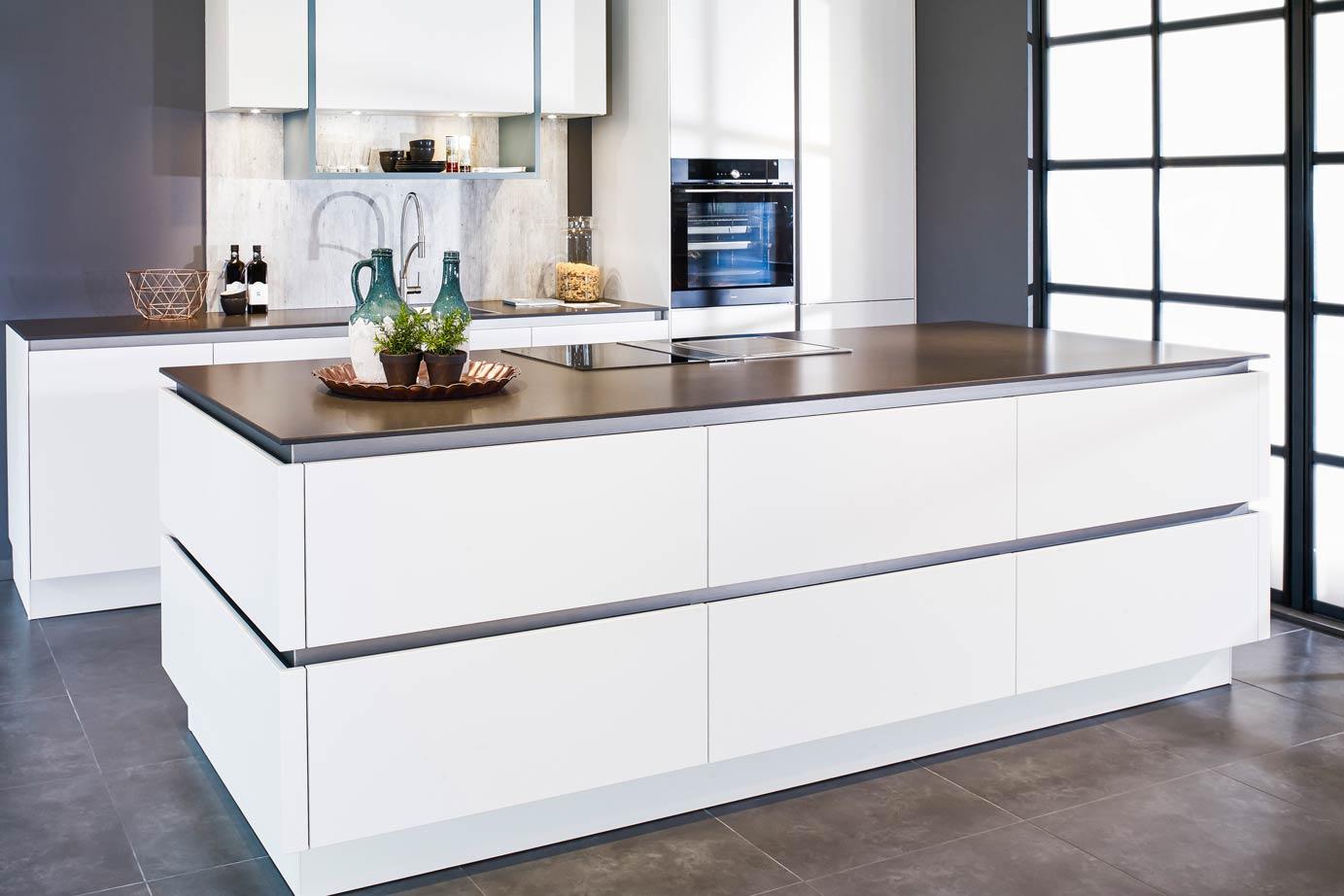 Keuken Met Kookeiland : Een prachtige wit greeploos kookeiland met kastenwand db keukens