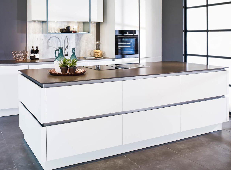 Een prachtige wit greeploos kookeiland met kastenwand db for Greeploze keuken