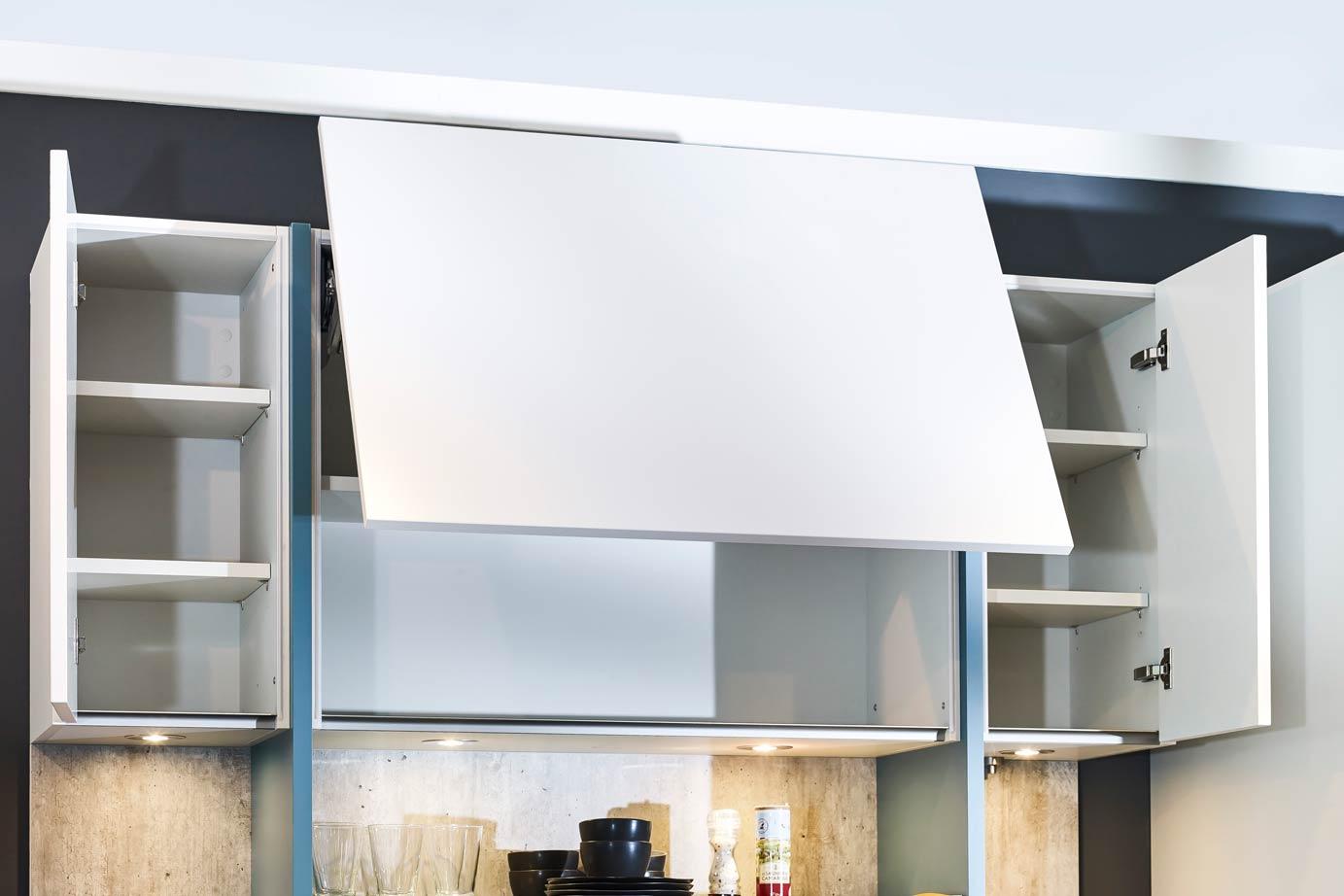 Een prachtige wit greeploos kookeiland met kastenwand db keukens