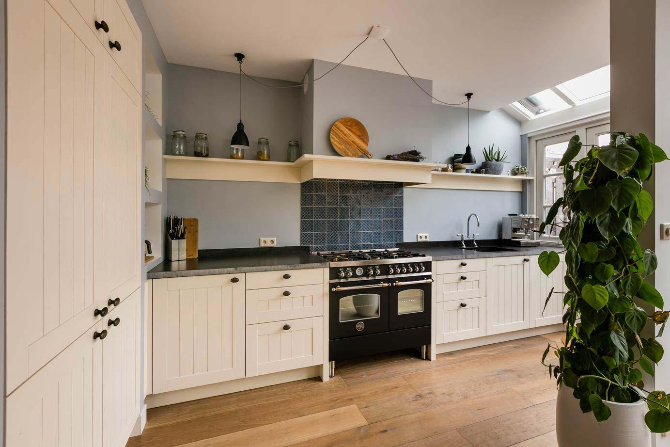 Smalle Landelijke Keuken : Lange smalle keuken lange smalle witte keuken met houten kastjes
