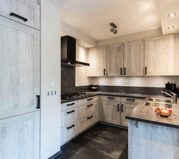 U keukens veel opbergen leuk met extra bar db keukens - Kleine keuken met bar ...