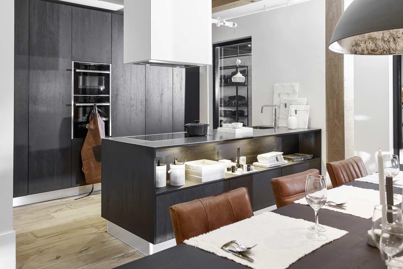 Landelijk Keuken Modern : Zwarte keuken met kookeiland bekijk foto s en prijzen db keukens