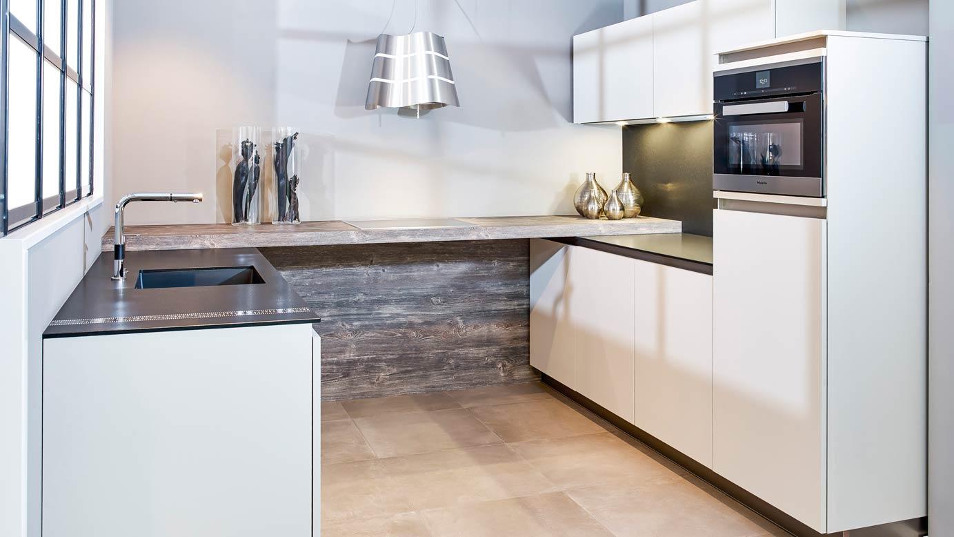 Avanti Keukens Kesteren : Moderne greeploze keuken in u opstelling db keukens
