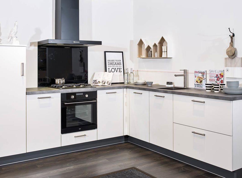 witte tijdloze hoekkeuken met moderne accenten - db keukens