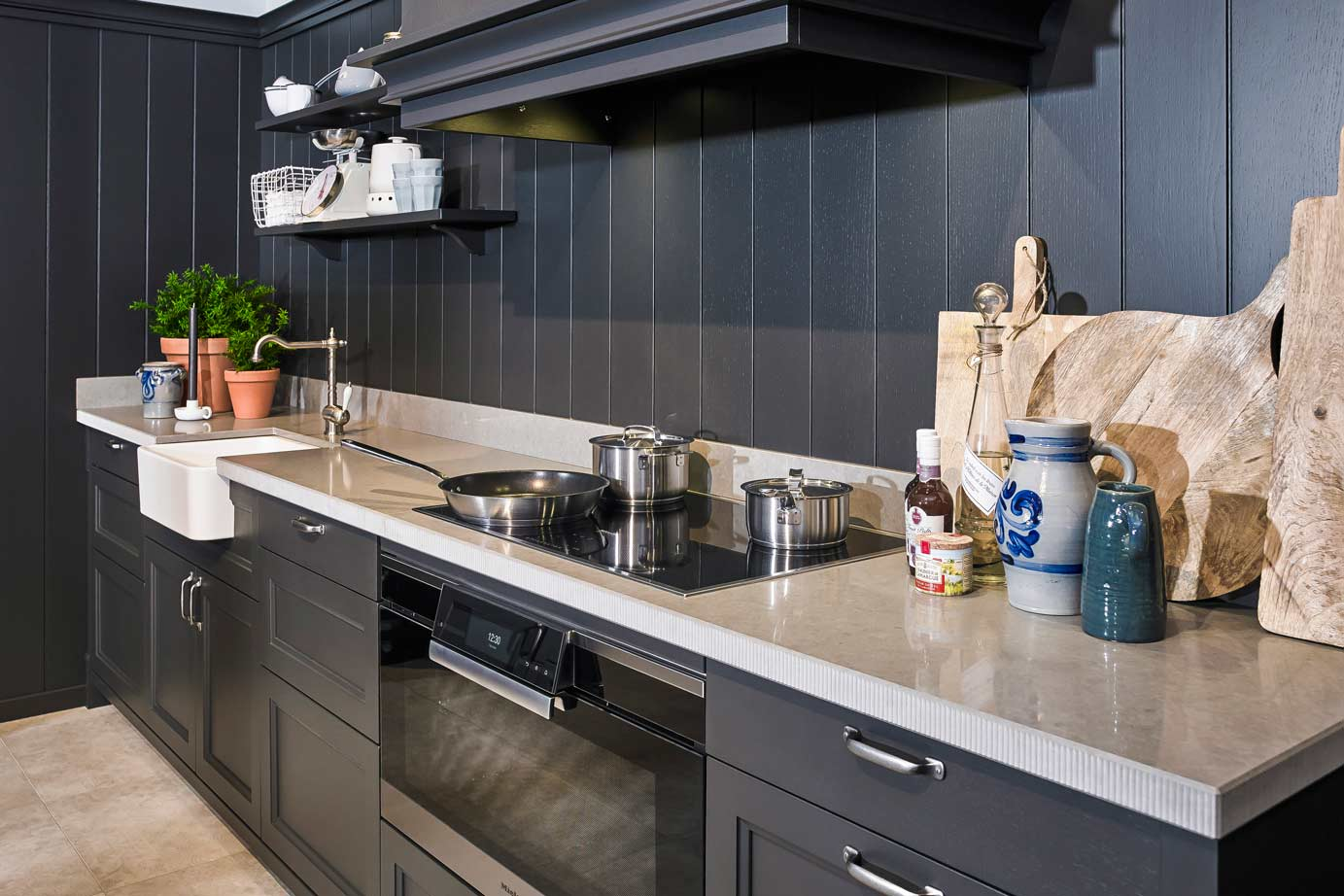 Zwarte landelijke keuken met grijs aanrechtblad bekijk foto s