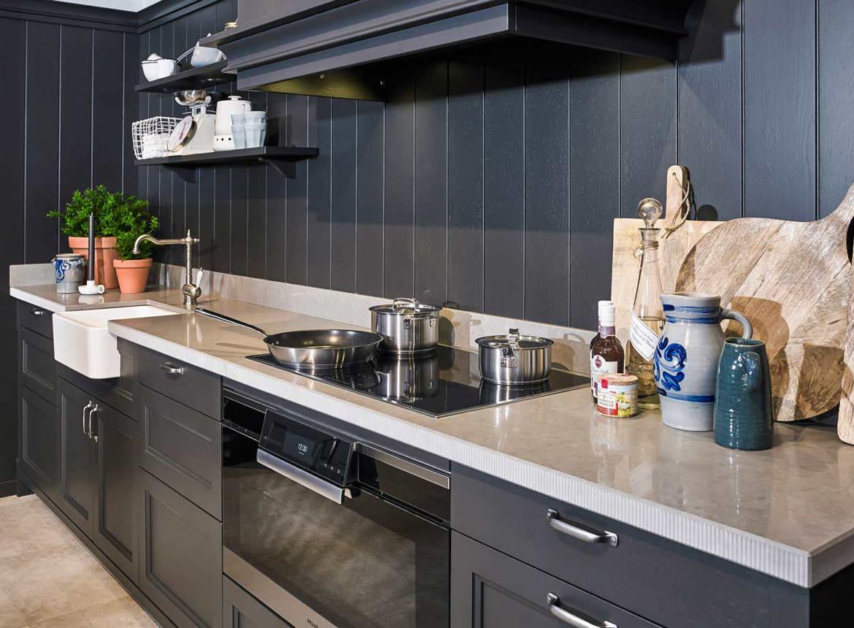 Keuken Landelijk Grijze : Zwarte landelijke keuken met grijs aanrechtblad. bekijk fotos db