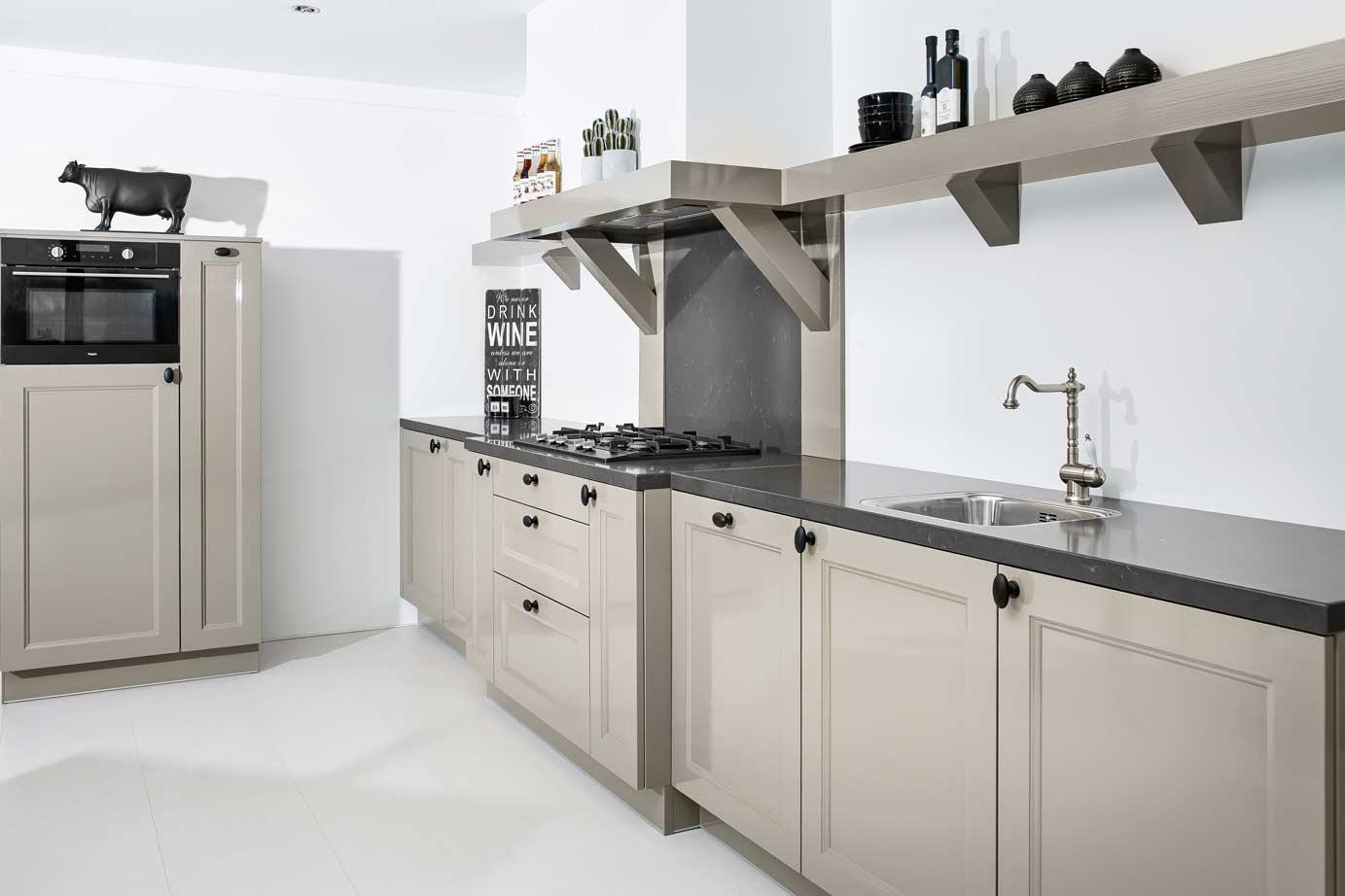 Landelijke rechte keuken met kastenwand db keukens