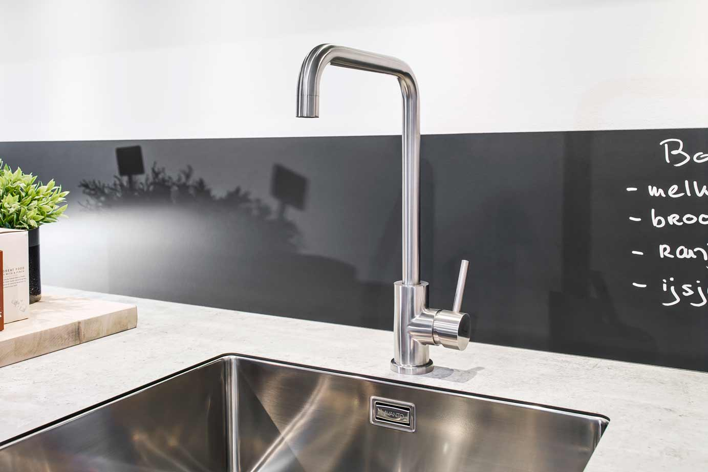 Industriële keuken in parallel opstelling bekijk foto s
