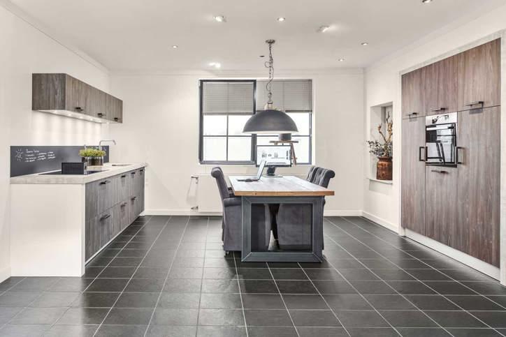 een grijze keuken luxe uitstraling past bij veel