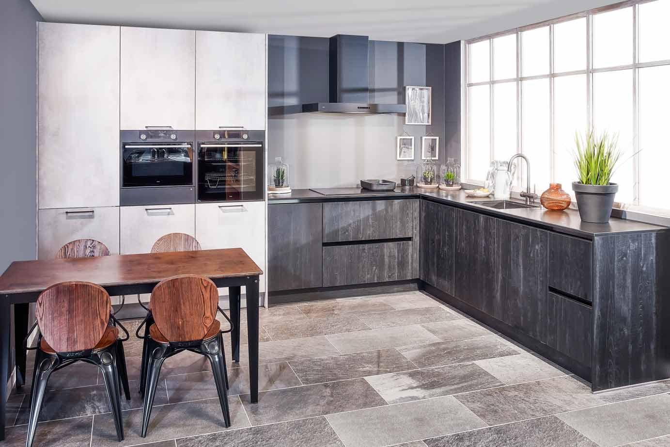 Zwarte industriële hoekkeuken met atag apparatuur db keukens