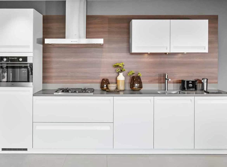 Moderne keuken in wit met greeploos front db keukens