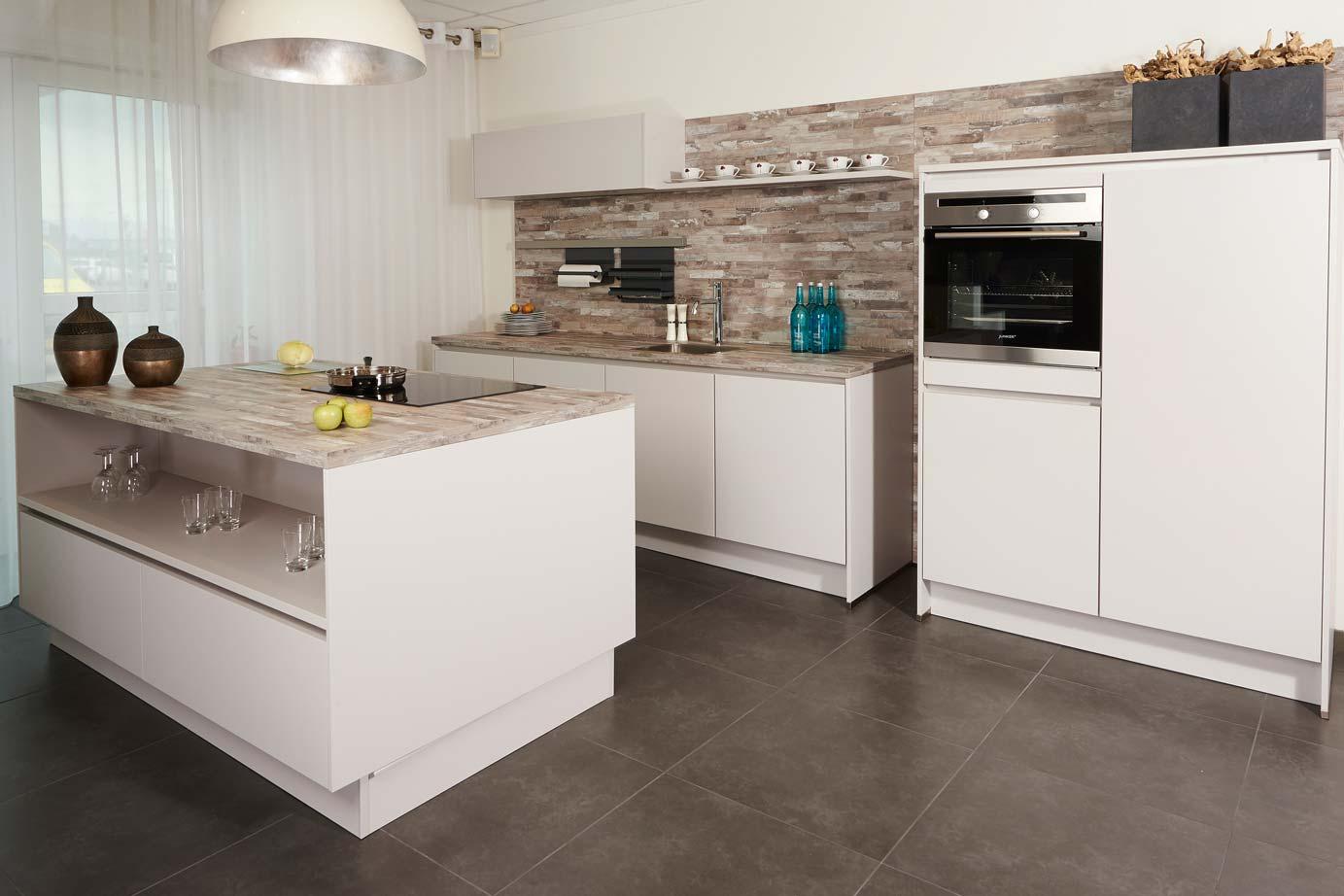 Moderne Keuken Grijs : Showroomkeuken met eiland tijdelijk aanbod db keukens