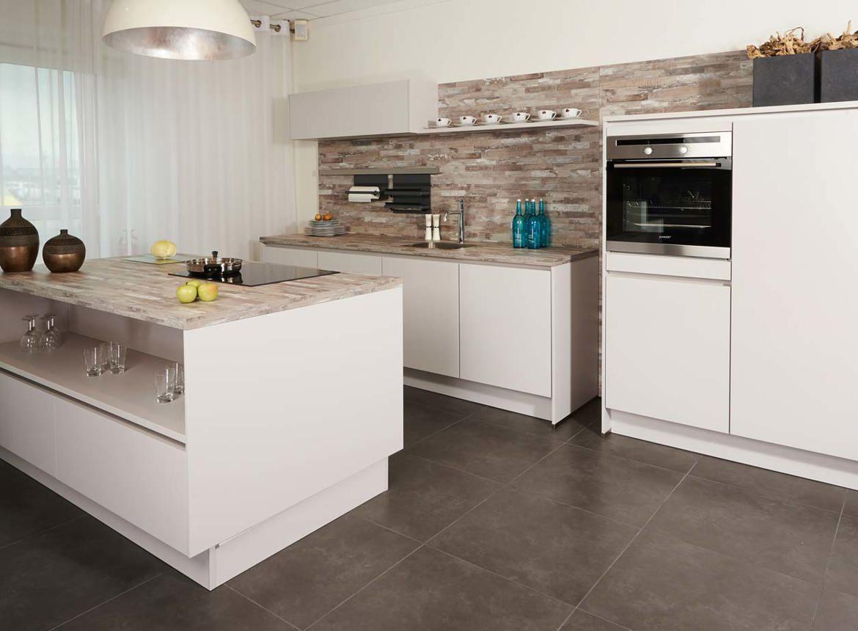 Grijze Moderne Keuken : Showroomkeuken met eiland tijdelijk aanbod! db keukens