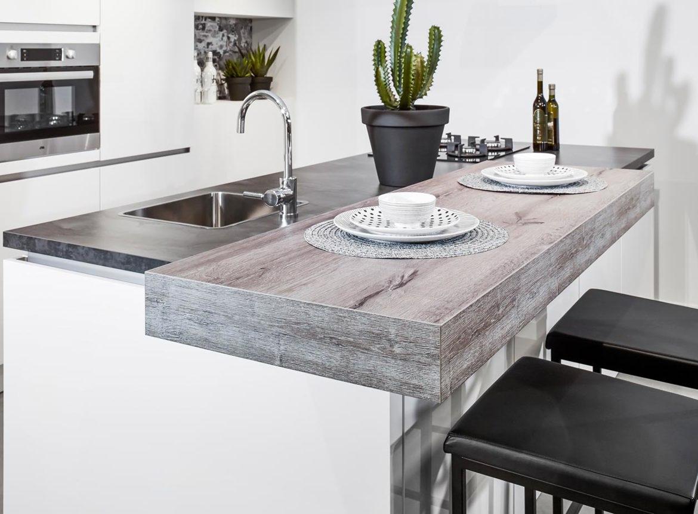 Keuken Moderne Bar : Moderne keuken met bar. top vintage houten barkruk teller hoogte