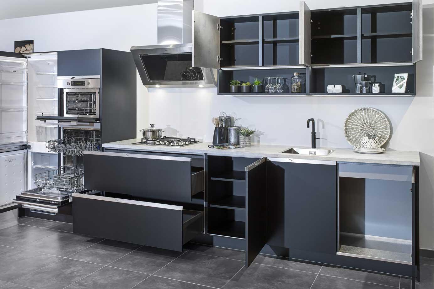 Rechte greeploze keuken in mat zwart bekijk foto s db keukens