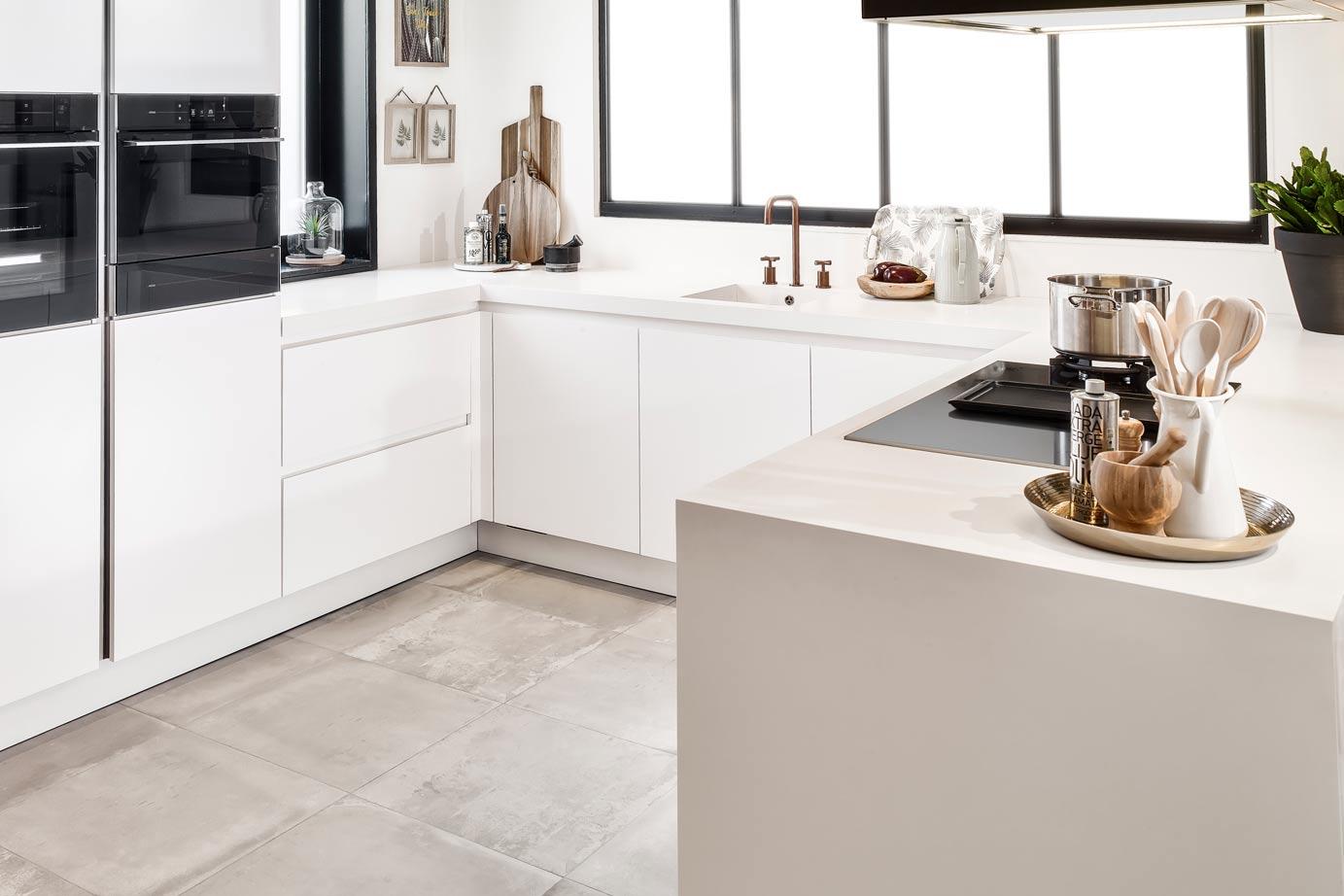 Moderne U Keukens : Moderne u keuken in mat wit ton sur ton db keukens
