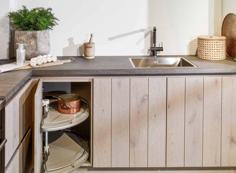 Eiken houten keuken met greeploos front db keukens for Werkblad keuken keramiek