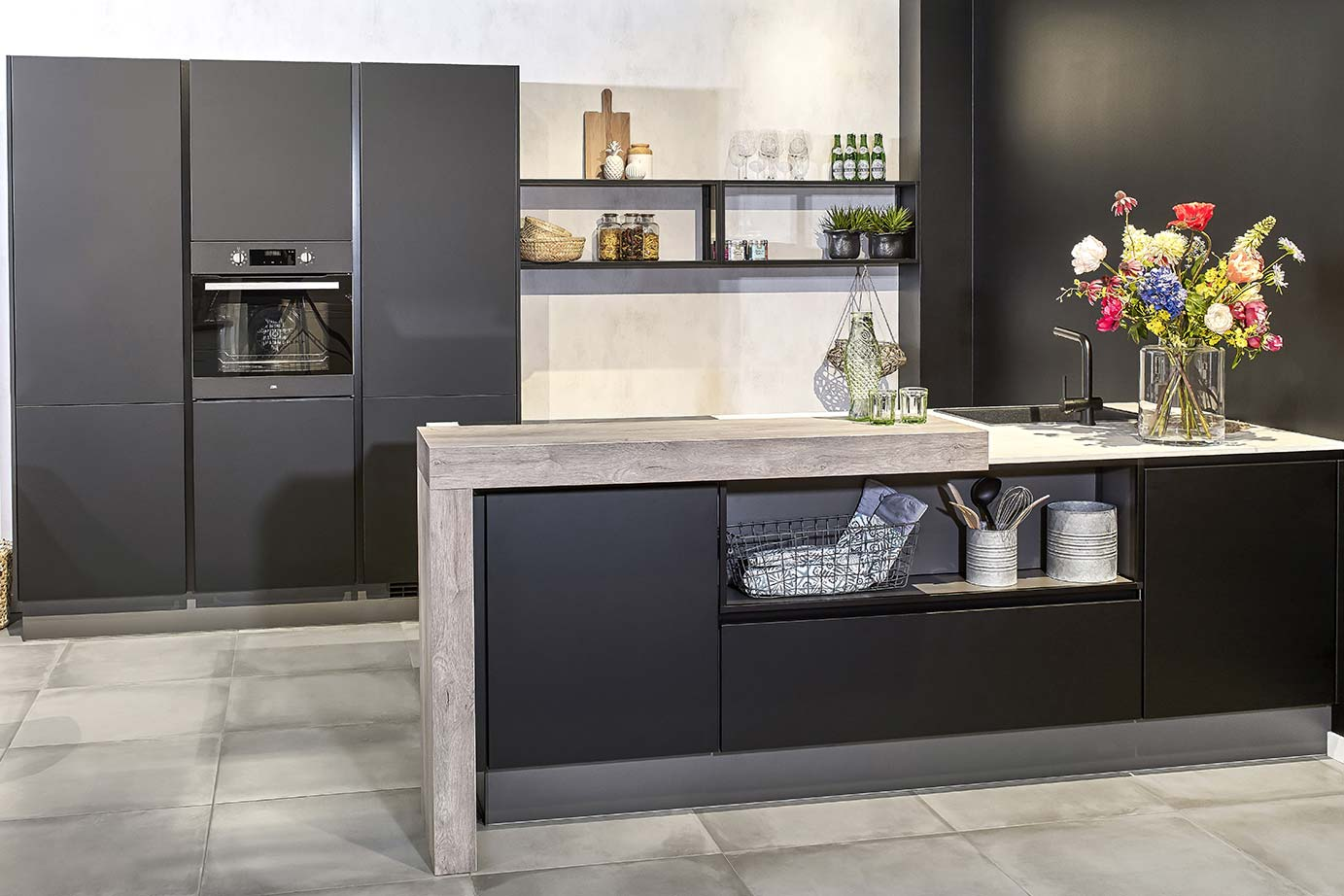 Modern Zwart Keuken : Zwarte kookeiland met kastenwand bekijk foto s en prijzen db