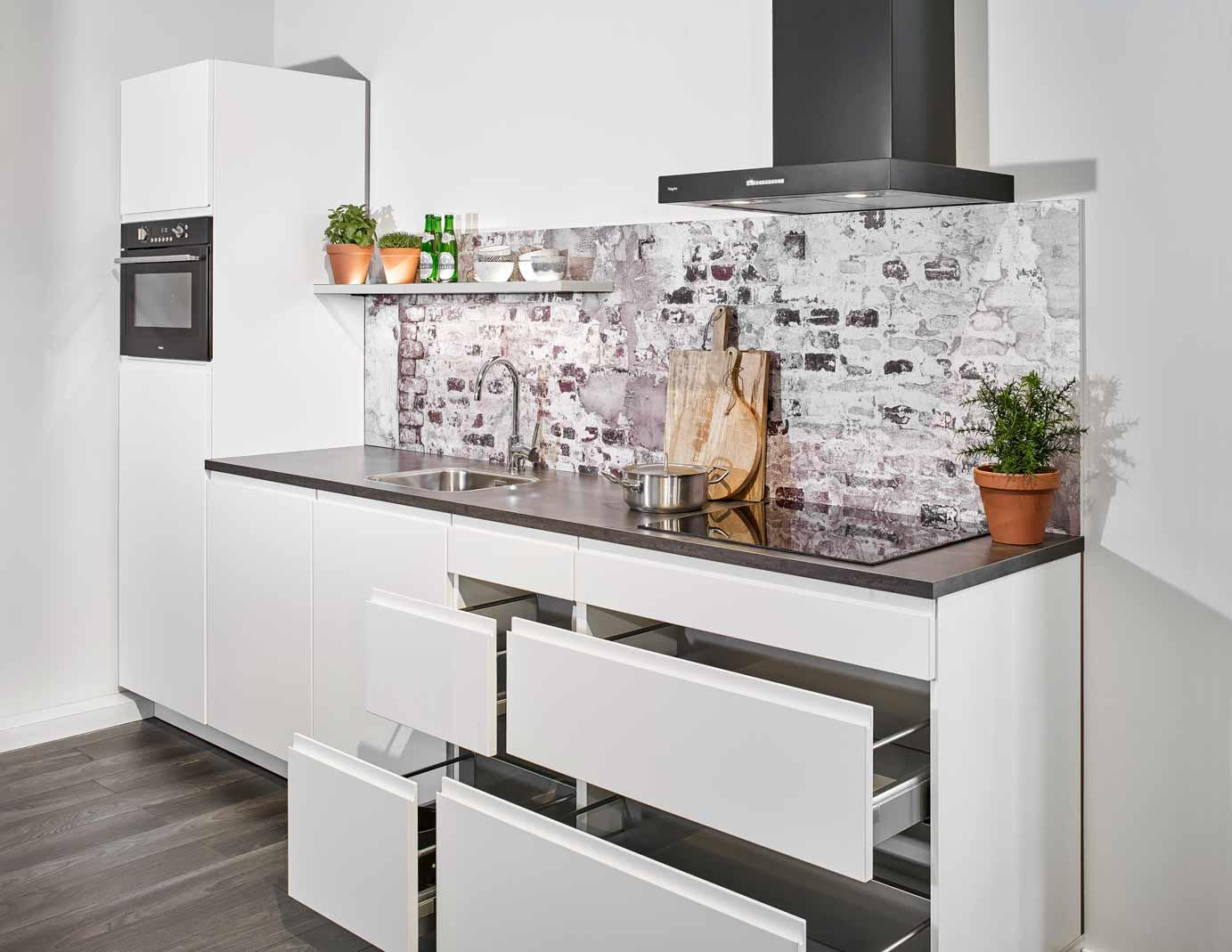 Tegels Keuken Scandinavisch : Rechte witte keuken met greeploze fronten db keukens