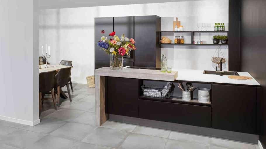 Zwarte Keuken Met Eiland, Met Wit Aanrechtblad
