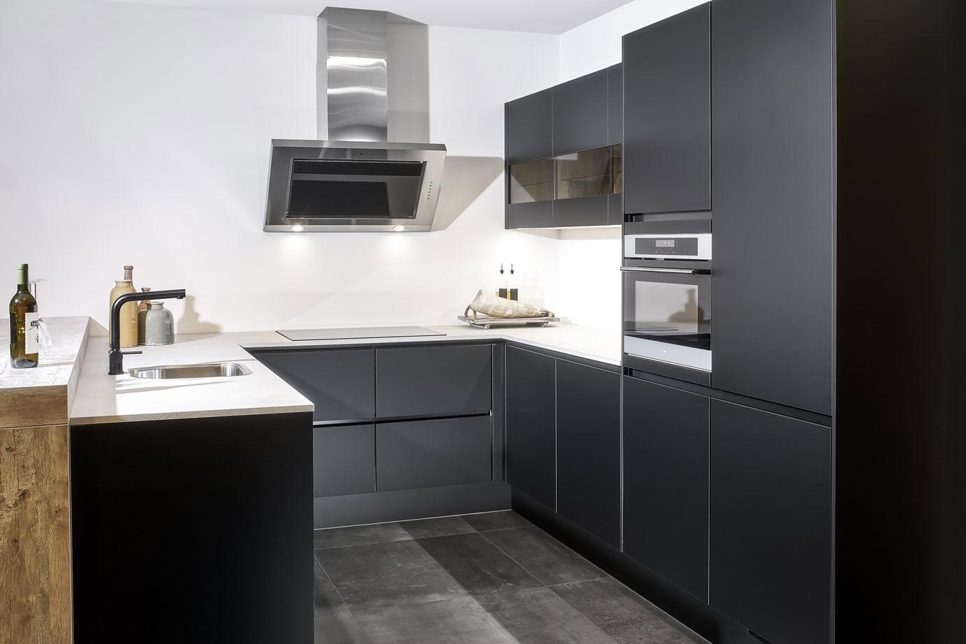 Moderne U Keukens : Zwarte u keuken met greeploos front bekijk foto s db keukens