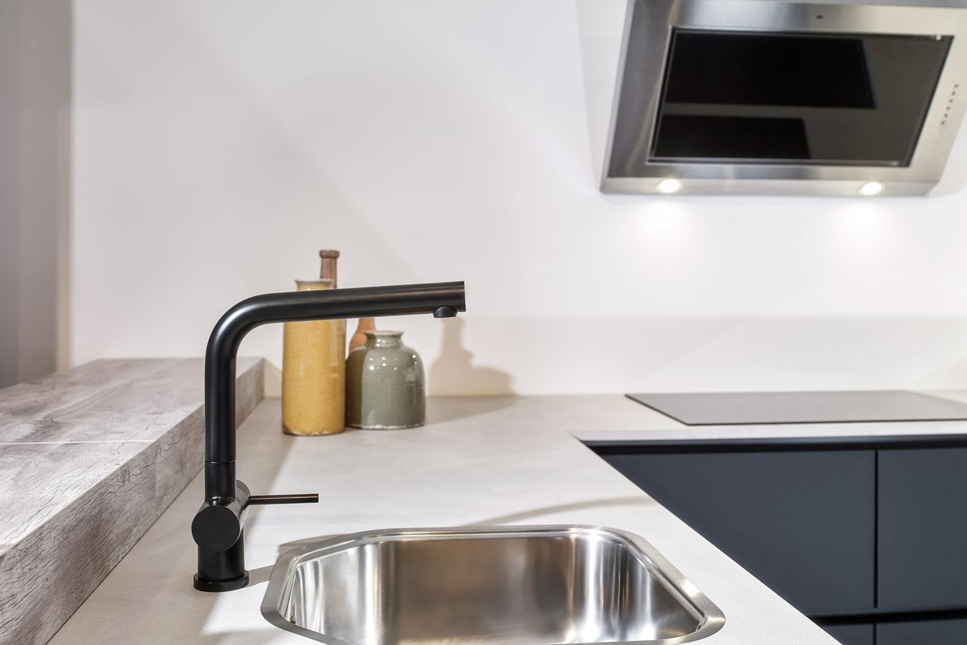Zwarte u keuken met greeploos front bekijk foto s db keukens