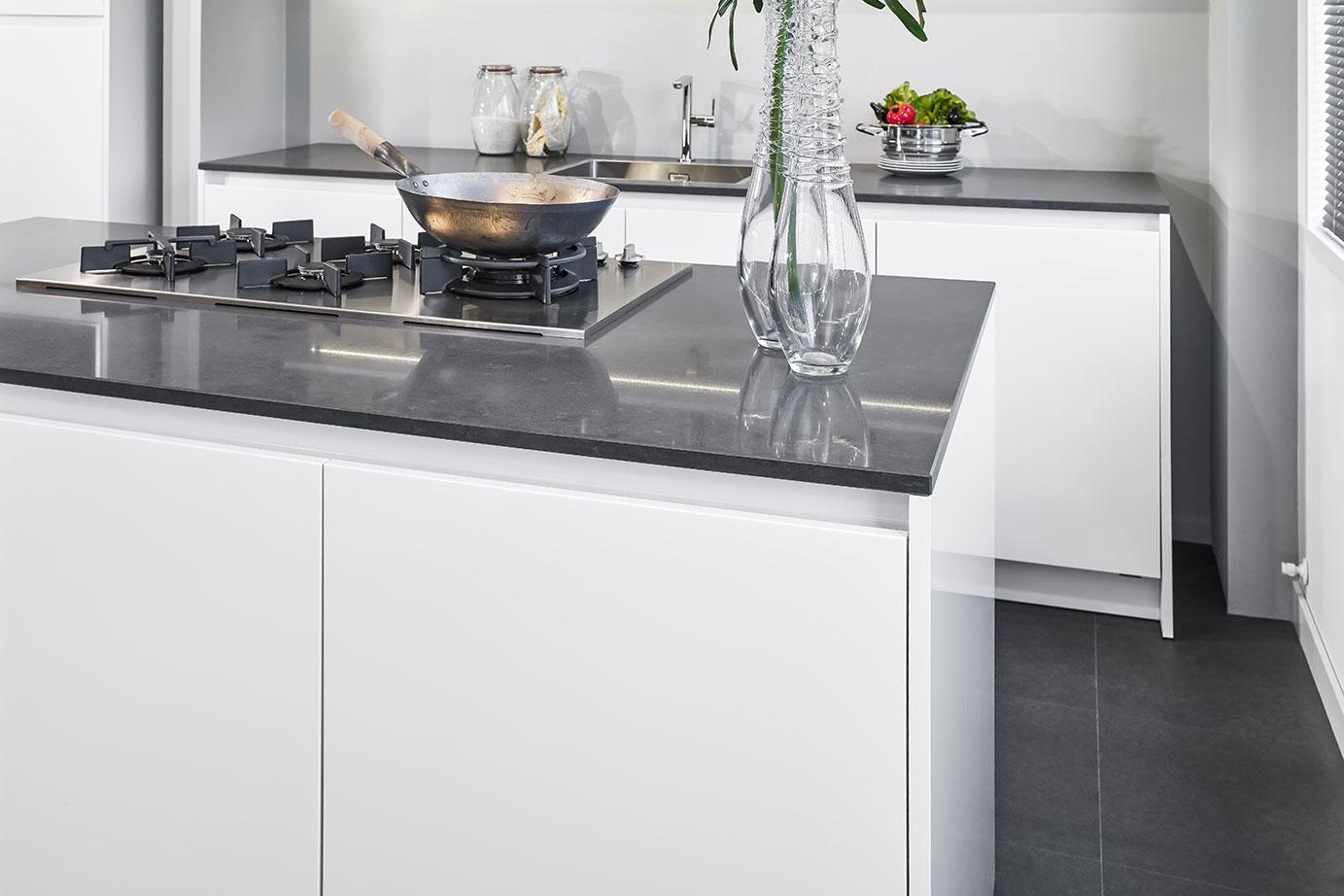 Hoogglans Witte Keuken : Een witte hoogglans keuken met bovendeuren met dimensionaal